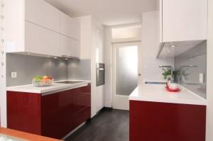 Notranja oprema kuhinje pri garsonjeri
